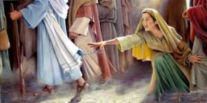 mujer tocando el manto de Jesucristo